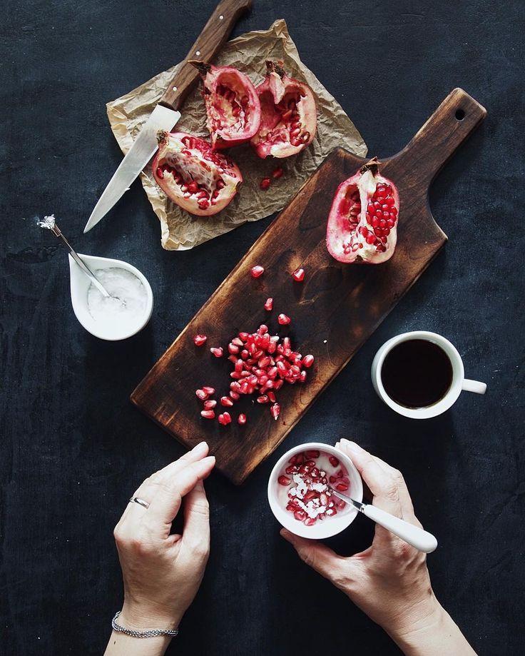 Start my day off with a healthy breakfast  Happy Monday! #Caspianseayogurt #pomegranate ・ あっ!…と言う間に月曜日、おはようございます 子供の頃、隣の空き地の木に成っていたザクロに、なんだか分からないけど凄くときめいてこっそり取って食べた時は「なんて甘いんだろ」ととても感動したのだけど、大人になってお店で見つけて、嬉しくなって買った実を食べてもあの頃とは感じ方が違う…うん、甘いし、美味しい…でも何か大きく違うのだよ何でかな? #大人になるって持っていた大切な何かを失う事なのね ・ ・ #healthy #breakfast #ザクロ