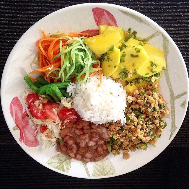 Almoço materno: arroz com rapa, farofa de proteína de soja com jiló, feijão de caldo, carpaccio de manga verde,spaghetti de chuchu e cenoura, acelga com tomate e vagem no vapor. Tudo orgânico e funcional! ️🍀✅♻️🍀✅♻️🌽🍅🍆🍎🍍🍐🍏🍉🍊🍇🍒 #lunch #comfortfood  #veganfoodporn #foodshare #brasil #forksoverknifes #food #goiania  #govegan  #instafood #veganfood  #vegan #vegansofig #veganfoodshare #vegetarian #vegetariano #veganlife #whatveganeat #comidasdosilas #qeupostofotodecomida…