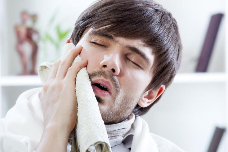 Traitement des ulcères buccaux:  Voici quelques astuces qui peuvent soulager les symptômes dus aux ulcères :  Évitez les aliments et boissons acides (tomates, café, agrumes), épicés et salés qui irritent la muqueuse de la bouche. Prenez gare aux aliments qui peuvent causer de petites lésions à la bouche lors de la mastication, comme les arachides et les graines de tournesol. Laissez fondre un glaçon sur l'ulcère, ceci soulagera la douleur. Appliquez sur l'ulcère une couche de pâte composée…