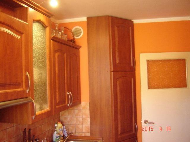 Na sprzedaż dobrze położone mieszkanie w bloku wielorodzinnym, mieszkanie składa się z 3 pokoi, 1 salon i 2 sypialnie, przedpokoju, oddzielnej kuchni, łazienki z wanną i umywalką oraz miejscem na pralkę, oddzielnego WC, w przedpokoju znajduje się szafa i pawlacz, na podłogi pokryte parkietem, w łazience i kuchni na podłodze znajdują się płytki, kuchnia widna w zabudowie - pozostaje całe wyposażenie, blok jest po termoizolacji - w tym roku kończy się spłata kredytu i przez to czynsz będzie…