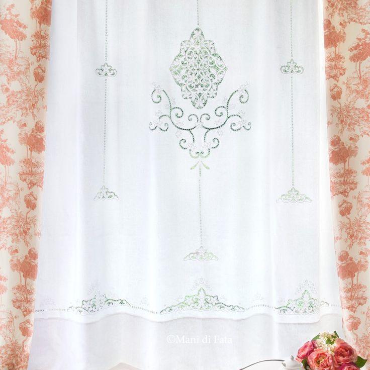 Tendone confezionato in puro lino bianco ricamato a mano ad intaglio e punti vari con motivo floreale, rifinito con ajour, cimosa nella parte alta per dare la possibilità di appenderlo come si vuole