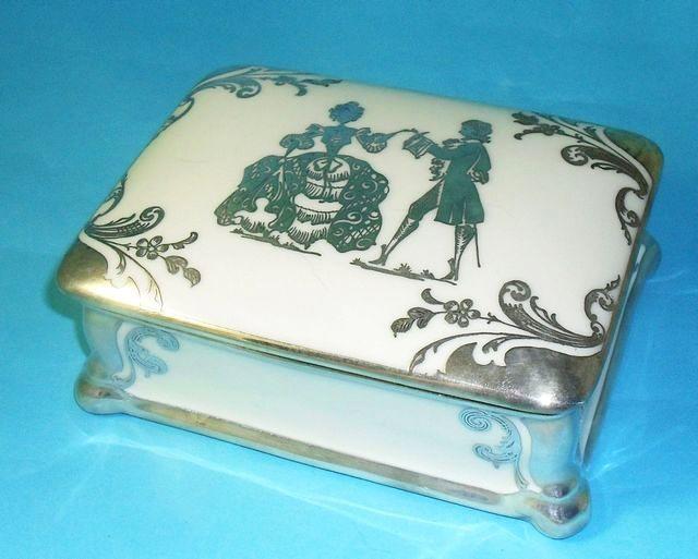 Rosenthal porselein jewerllery doos met overlay zilveren decoraties.  Datum: Circa 1930  Voorwaarde: uitstekend.    Afmetingen:  9, 8 x 12, 5cm,  hoogte 5cm.