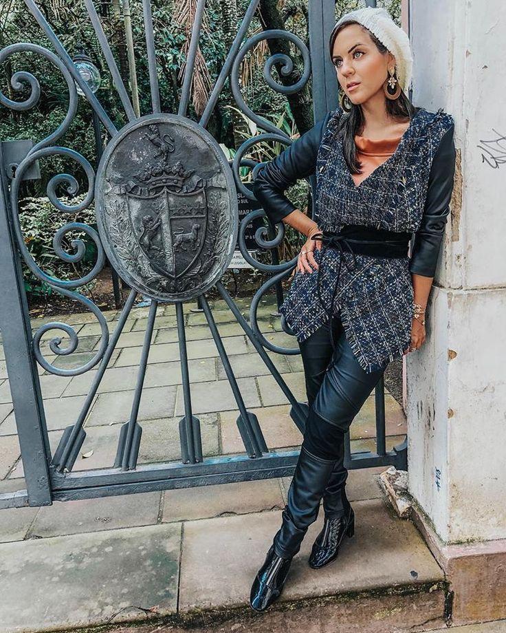 Look sofisticado tweed inverno 2018. Calça de couro preta. Casaco de tweed. Inspiração Chanel. Boina. Pérolas, Brincos de … | Meus Looks @thaisagomes__ | Pinterest | Winter looks and Winter