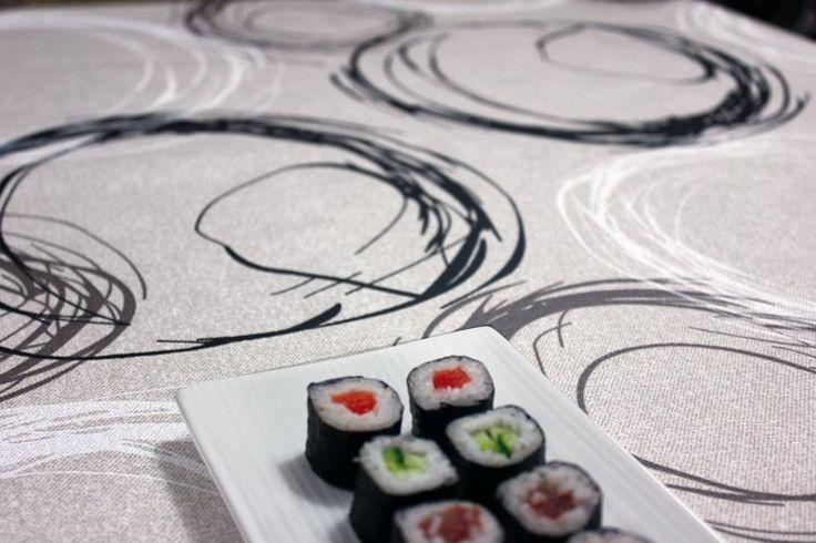 Gecoat tafellinnen Turner - Mooie kwaliteit gecoat tafellinnen met print van cirkels in grijs en wit. Deze geplastificeerde stof is van uitstekende kwaliteit en zorgt voor een natuurlijke look! Met dit afwasbare tafelkleed heeft u het echte stofgevoel met het gebruiksgemak van tafelzeil. U kunt het tafellinnen gemakkelijk schoonhouden met een vochtige doek, of uitwassen op 30 graden.