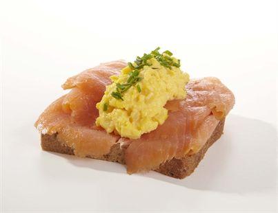 Røkt laks med eggerøre og asparges - Danske smørbrød - Oslo Catering