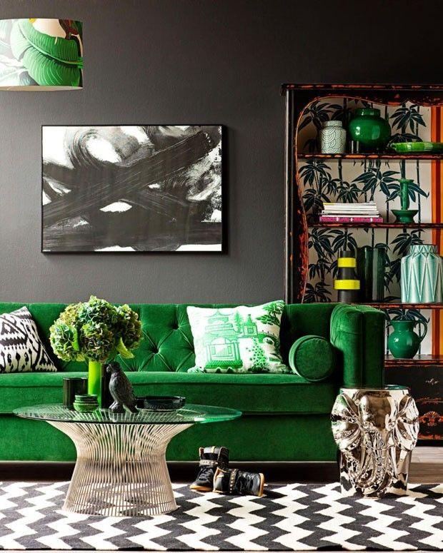 O sofá verde é a estrela da sala de estar acima, mas sua magnitude é complementada por outros elementos de força decorativa, como o tapete zigue-zague P&B, as almofadas com estampas diversas, a cúpula da luminária e o fundo do armário à direita, que tem padronagens naturais.