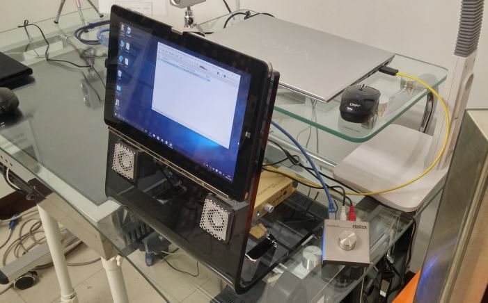 タブレットスタンド、オーディオスピーカーシステム