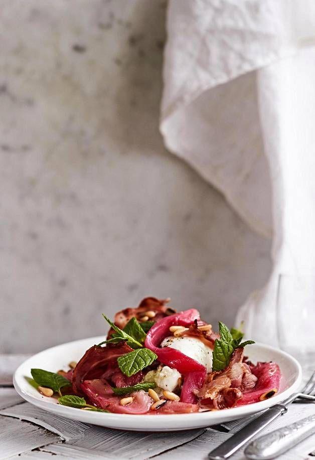 Kirpeä raparperi, suolainen pekoni ja kermainen mozzarellajuusto muodostavat täydellisen makuyhdistelmän kesäisessä alkuruuassa.