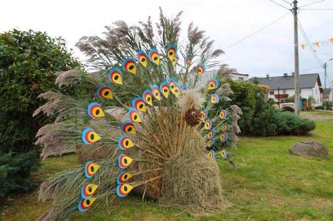Słomiane dekoracje na dożynkach w Kadłubcu