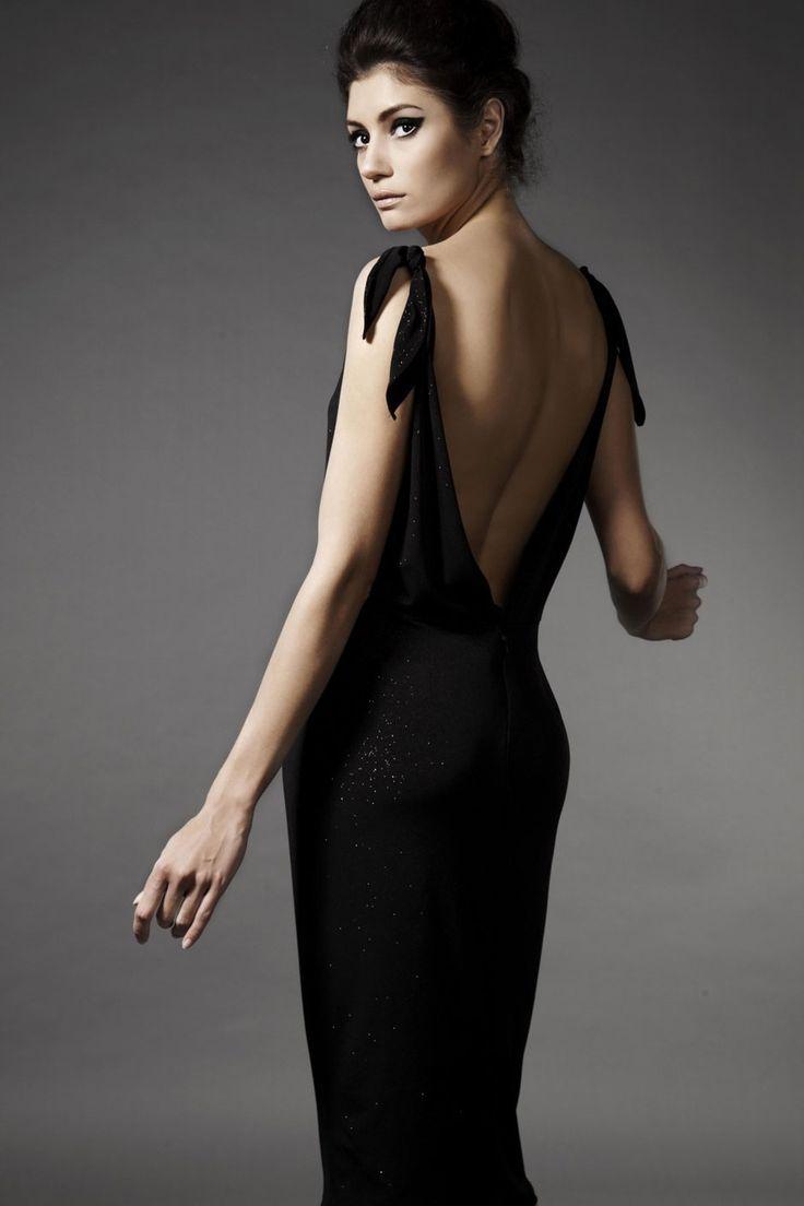 Портрет красивая брюнетка женщина в черном платье - Стоковое изображение