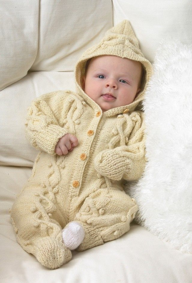 En slik overall er en flott gave til vinterbabyen. Den har praktiske brettekanter på armer og ben, slik at man lett kan få hender og føtter fri når de ikke lenger trenger å dekkes til for kulda.