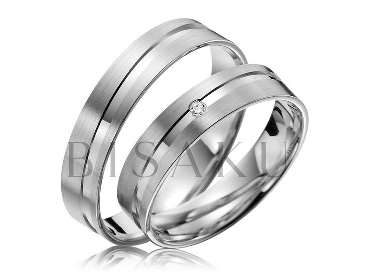 R134 Šikmou drážkou zvýrazněné snubáky z palladia, které budou vaše ruce jemně zdobit a podtrhnou tak váš vkus. Do dámského prstenu je zasazen drobný kámen, který jsme zvolili proto, aby příliš nerušil jemný design prstenu. Převážná část povrchu je v provedení - saténový mat. #bisaku #wedding #rings #engagement #svatba #snubni #prsteny #palladium