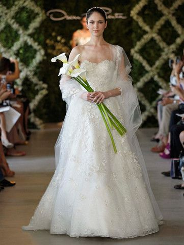 This is a stunning and elegant gown from Oscar de la Renta's 2013 bridal collection. With a flattering sweetheart neckline and built in corset, the entire dress has a layer of leaf lace as well as a l