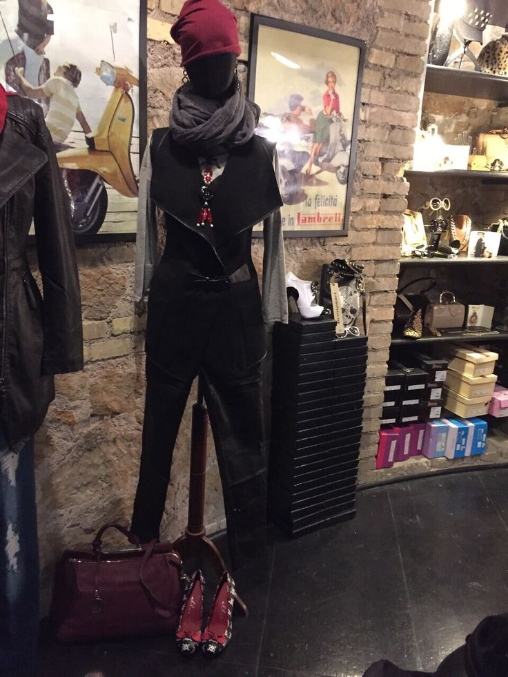 Outfits femminile sportivo, con pantaloni e gilet neri e berretto rosso. #Roma #shopping #outfit #bcomebellezza #fashion