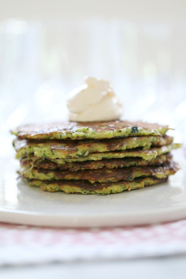 The perfect midweek dinner – delicious Thermomix Cheesy Zucchini Fritters served with sour cream and sweet chilli sauce! #zucchini #fritters #easy #healthy #recipe #thermomix http://www.bakeplaysmile.com/cheesy-zucchini-fritters/