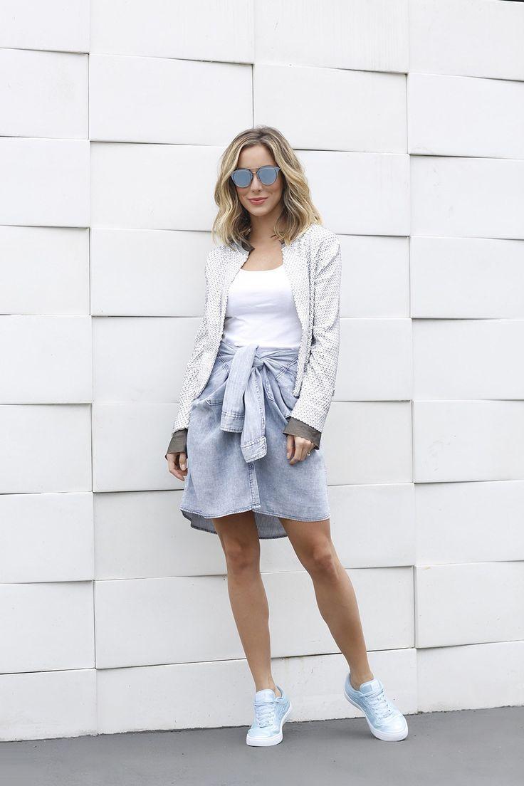 Helena Lunardelli com ook do dia casual e cool, perfeito pro feriado. Em vez de saia, ela usou blusa jeans amarrada na cintura. Pra completar, um casaco moderninho e tênis.