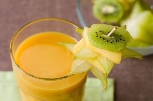 Centrifugato di kiwi e arance********* 3 kiwi- 2 arance- I kiwi e le arance sono ricchi di vitamina C. Il centrifugato di kiwi e arance aiuterà l'organismo a fare scorta di potassio e vitamina K. Questa ricetta viene consigliata per ridurre il colesterolo, per incrementare l'assorbimento del ferro e per depurare l'organismo.