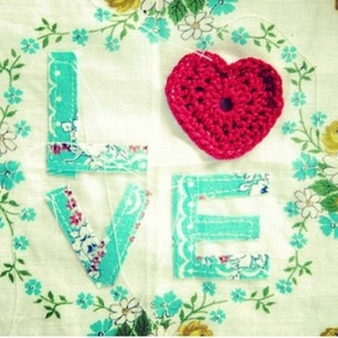 Happy: Love Art, Colors Combos, Decor Ideas, Textiles Art, Diy Gifts, Red Heart, Quilts Labels, French Knot, Vintage Linen