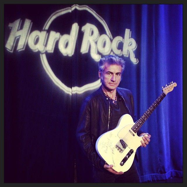 #LucianoLigabue Luciano Ligabue: Luciano è il primo artista italiano a donare la propria chitarra all'Hard Rock Cafè di New York! #mondovisionetour #ligaworldtour