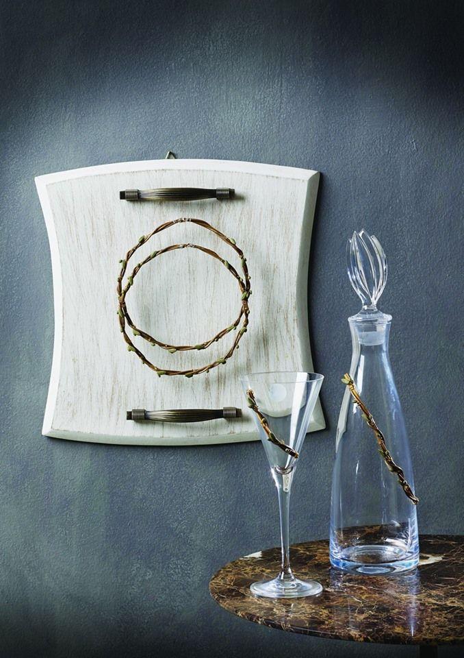 Ξύλινος δίσκος με μποτίλια και ποτήρι μπορούν να συνδυαστούν σύμφωνα με τα #ασημένια #στέφανα #γάμου της δικής σας επιλογής από την εταιρεία Maschio Femmina.