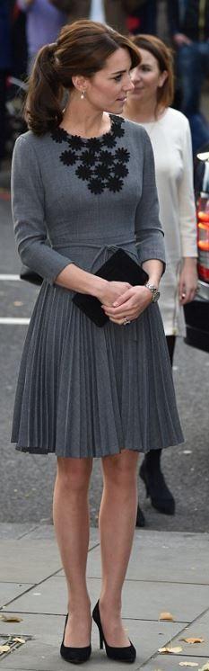 Qui a fait la robe plissée grise Kate Middleton les pompes noires les bijoux et le sac à main?