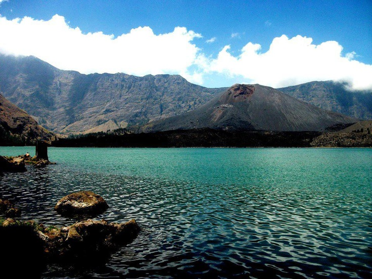 Meskipun ini bukan lautan, tapi karena warnanya yang biru maka danau di Puncak Rinjani ini disebut Danau Segara Anakan. Berada di ketinggian 2.003 meter di atas permukaan laut, ternyata air danau ini lebih hangat daripada suhu udara ruang. Inilah keajaiban Segara Anak, salah satu danau panas vulkanik terbesar di dunia.