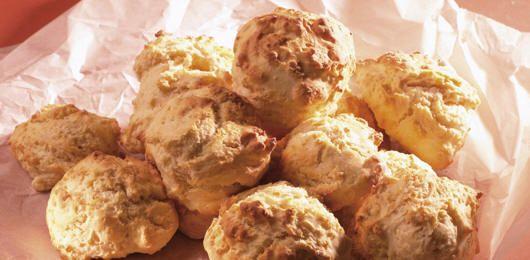 """scones saudáveis  Esta receita é muito rápida e fácil de fazer, em apenas 20/30min põe a mão na massa e tira os scones do forno. Acompanhe com compotas ou uma pincelada de manteiga (na minha opinião as compotas ficam melhor). Uma ótima opção para o """"chá das 5""""! So British, so good! Ingredientes (para 16/20 scones):..."""