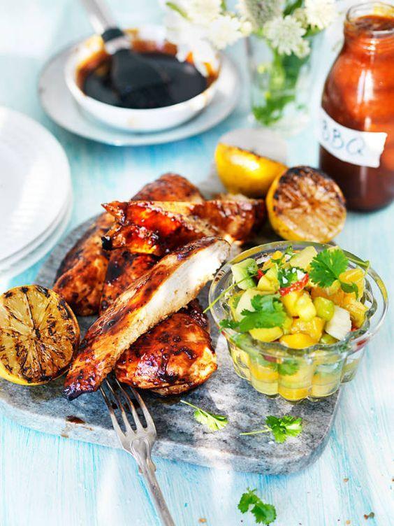Ett härligt recept på grillad kycklingfilé penslad med glaze, som både blir saftigt och underbart gott. Grillad kyckling är både enkelt och prisvärt!