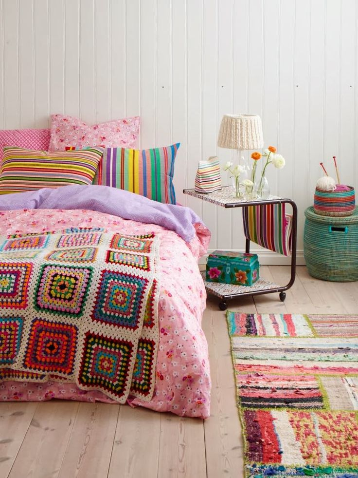 Sanna & Sania: Sovrumsinspiration :-) Beautiful colours and I love the giant granny square blanket