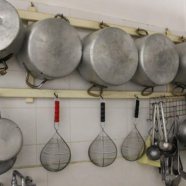 The simplest of simple; basic & essential tools for an Italian casareccio restaurant trattoria. This one in Sperlonga.