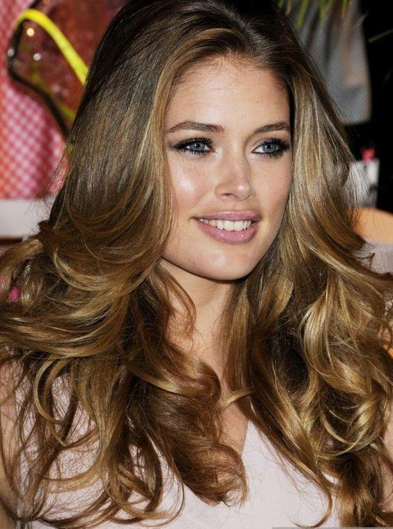 Doutzen Kroes cheveux bruns avec des reflets blonds
