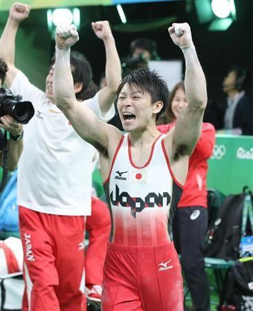 男子個人総合決勝で金メダルが確定し、銀メダルのウクライナのベルニャエフ(左)と抱き合う内村航平=リオデジャネイロ(共同)