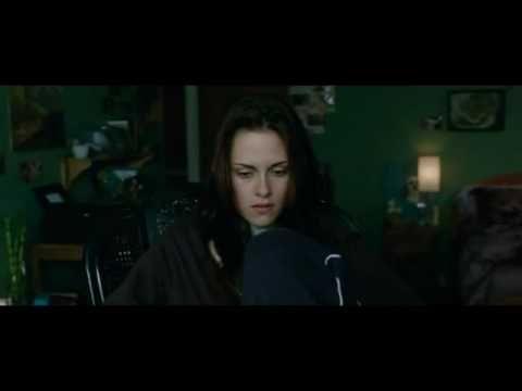 """Ejemplo de música no diegética. Es una escena de la película """"Luna Nueva"""". En ella podemos ver como Bella contemple la ventana y ve pasar el tiempo sin que ella lo aproveche y de fondo suena una canción para ambientar la situación."""