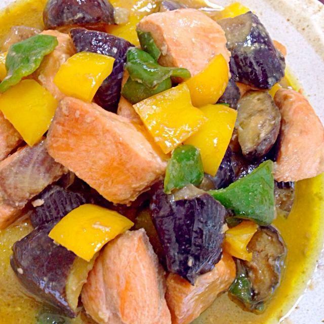 パプリカは彩りでいれたよ! なすとピーマンの味噌炒めに秋鮭を加えてみたら、美味しかったー - 179件のもぐもぐ - 秋生鮭となすとピーマンの味噌炒め煮♥️ by Tomoko Ito