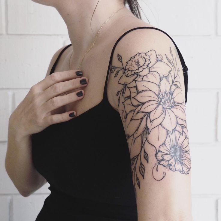 """""""Me moría de ganas de enseñároslo. Aquí mis tres amores tatuados con las tres flores de su mes de nacimiento. El narciso en marzo de Sr Petit, la ponsètia…"""""""