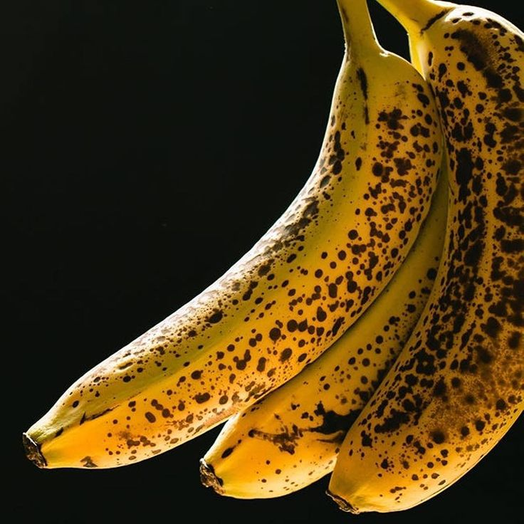 BANANAS -  Do you like yours spotty or green? What's the difference?! Here's the banana showdown:  Yellow RIPE bananas are higher in glycemic index (GI) & SWEETER because it's higher in simple sugars (mostly fructose). Perfect for a pre-workout since it's digested quickly for a boost of energy and performance! Plus it's pure bliss in fresh banana bread or oatmeal trust.  VS.  Green UNRIPE bananas are LOW GI less sweet (more on the bitter side) and higher in prebiotic resistant starch which…
