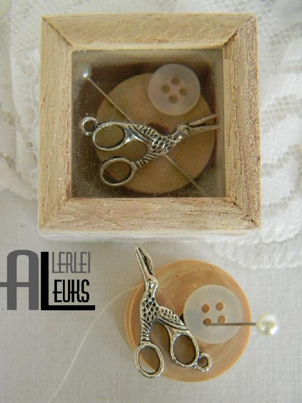 Brocante houten mini doosje fournituren vintage klosje schaartje speld knoopje - www.allerleileuks.nl