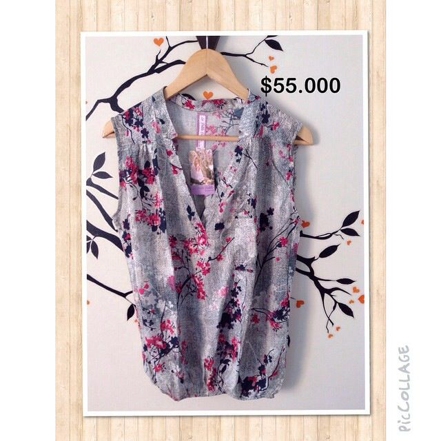 Blusa gris con estampado de flores. Manga sisa