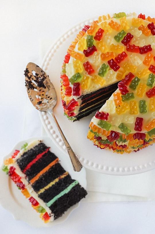 Bolo de Ursinhos: Layered Cakes, Bears Layered, Cakes Ideas, Chocolates Cakes, Food, Cakes Recipes, Gummy Bears Cakes, Rainbows Cakes, Birthday Cakes