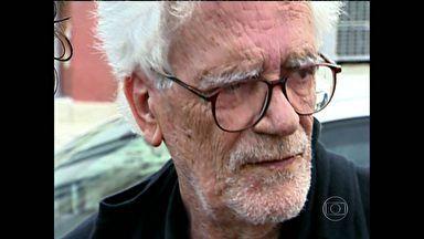 """Eduardo Coutinho  Documentarista morreu a facadas neste sábado (02/02/2014) aos 80 anos. Eduardo Coutinho foi um dos mais importantes documentaristas do Brasil. Sua capacidade de transformar conversas com pessoas comuns em histórias extraordinárias é a base de filmes como """"Edifício Master"""", de 2002, e """"Cabra marcado para morrer"""", de 1985. O diretor, nascido em 11 de maio de 1933, morreu aos 80 anos, neste domingo (2), com nome e estilo marcados na história do cinema nacional. 03/02/2014."""