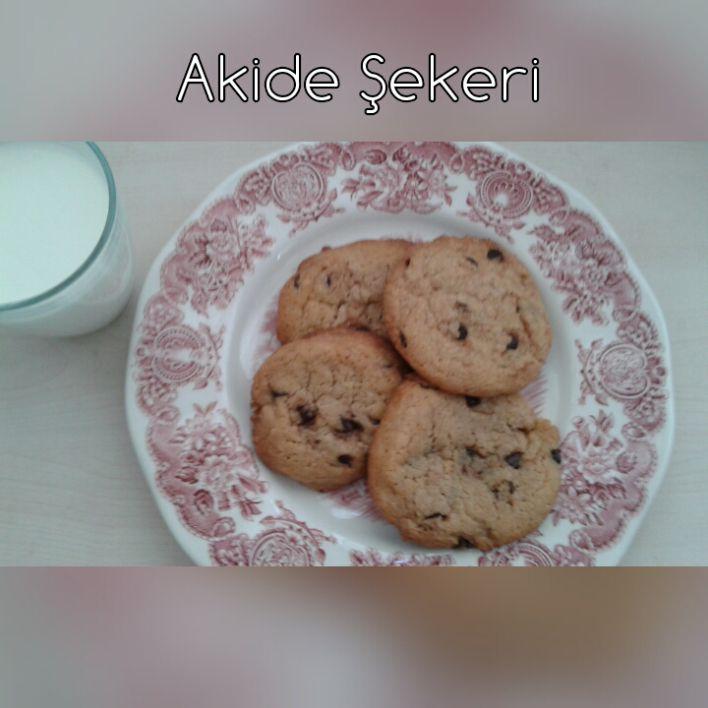 Diğer denediğimiz çikolatalı kurabiye tariflerine göre biraz farklı, dışı çıtır içi hafif yumuşak, kurabiye bisküvi arası bir kurabiye oldu. Malzemeler: 2 su bardağı esmer şeker 2 su bardağı toz şe…