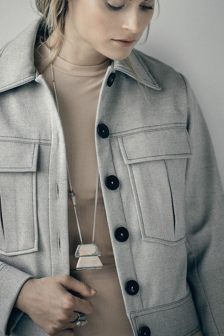 Nouvelle couleur de l'automne, bois clair et crème, venez voir les colliers de la collection Anne-Marie Chagnon.