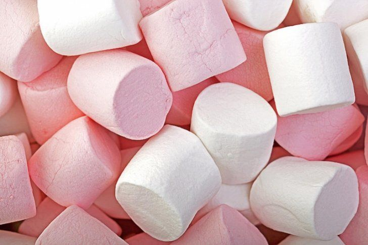 Ingredientes  500 gramos de azúcar  250 mililitros de agua  20 gramos de gelatina sin sabor  3 cucharaditas de esencia de vainilla  1 pizca de sal  Azúcar para espolvorear     Preparac