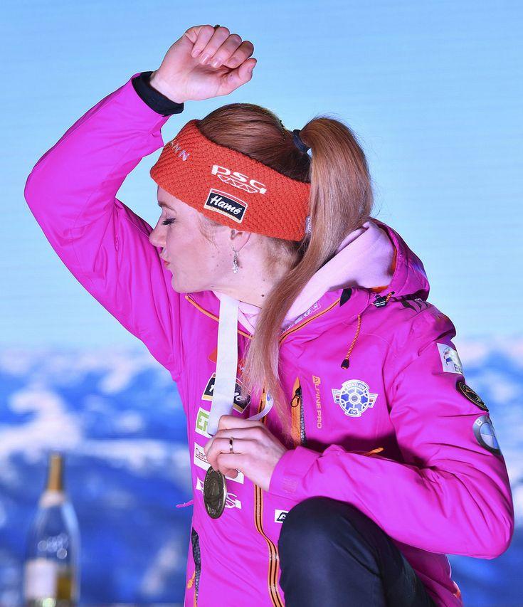 Gabriela Koukalová si na předání medaile symbolicky políbila biceps