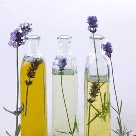 Fai un massaggio agli oli essenzialiQuelli di lavanda (Lavandula angustifolia) e menta piperita (mentha x piperita), analgesici e antispastici, sono perfetti, specie nella cefalea tensiva. Diluite 2 g