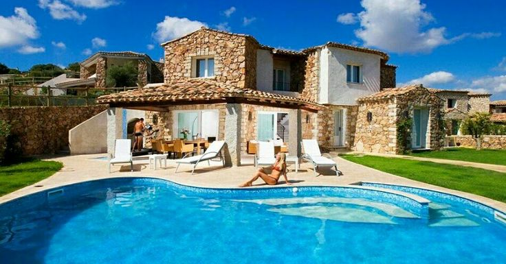 Für einen Urlaub der Extraklasse: Stilvolle Ferienvillen mit Pool im traumhaften Süden von #Sardinien #Sardinia #Italy #sardinienhaus #Ferienhaus #ferienhaussardinien #sardinienvillas #italyvillas #Urlaub #holiday #beach #holidayhomes #cottage #Familienurlaub #mietenvilla #CostaRei  #Meer #Meerblick #Italien #Strand