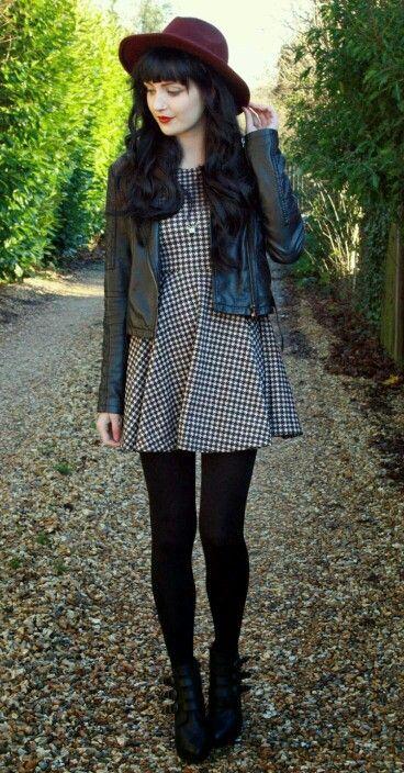 Cabelo preto divo e vestido com jaqueta de couro