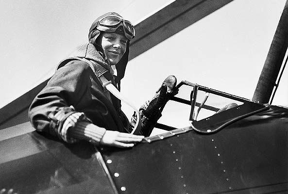 ¿Qué pasó con Amelia Earhart? La famosa aviadora Amelia Earhart desapareció junto con el navegante Fred Noonan durante un intento por volar alrededor del mundo en 1937.   misterios sin   Las teorías sobre su destino incluyeron una que el avión de Earhart fue obligado a bajar por los japoneses alrededor de las Islas Marshall. La otra es que Earhart regresó en secreto a los Estados Unidos y que el gobierno le dio una nueva identidad