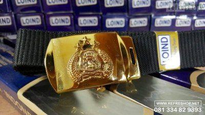 Logo Tri Brata pada timangan gesper atau sabuk dari kuningan ini terlihat kokoh dan awet. Sepuh emasnya juga membuat sabuk ini akan terus mengkilap dan tidak perlu di braso. Mudah sekali untuk merawatnya, bukan? Mau pesan? Hubungi saja Refreshop di 0811 233 989 atau di 081 334 82 9393 untuk info lebih lanjut.