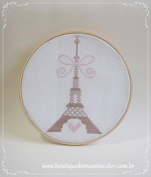 Quadro em bastidor, com Torre Eiffel bordada em ponto cruz.  Tamanho: 20cm de diâmetro x 1,5cm de profundidade. Cores do bordado: rosa bebê/nude e marrom. Cor do tecido: branco.  Possibilidade de confecção em outras cores e tamanhos.  * O prazo de confecção pode variar para mais ou para menos. Consulte. R$29,90